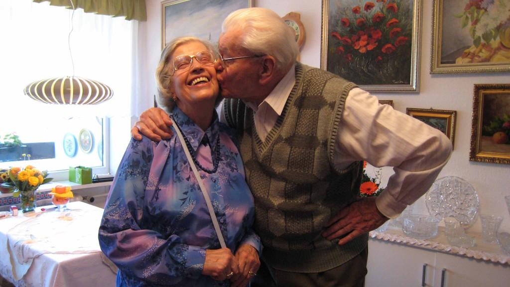 Liebe im Alter: Wolfgang küsst Bibiana